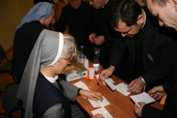 liczenie głosów - dokument o duszpasterstwie  /fot.: E. Cybulski /