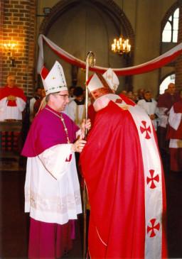Nuncjusz Apostolski przekazuje pastorał Pierwszemu Metropolicie